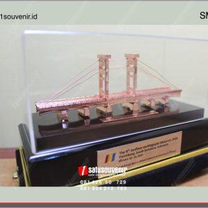 souvenir miniatur jembatan ampera
