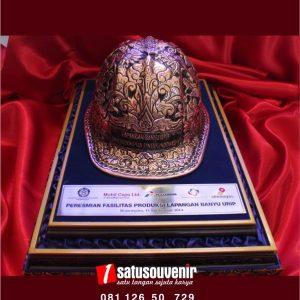 kerajinan kuningan helm tambang