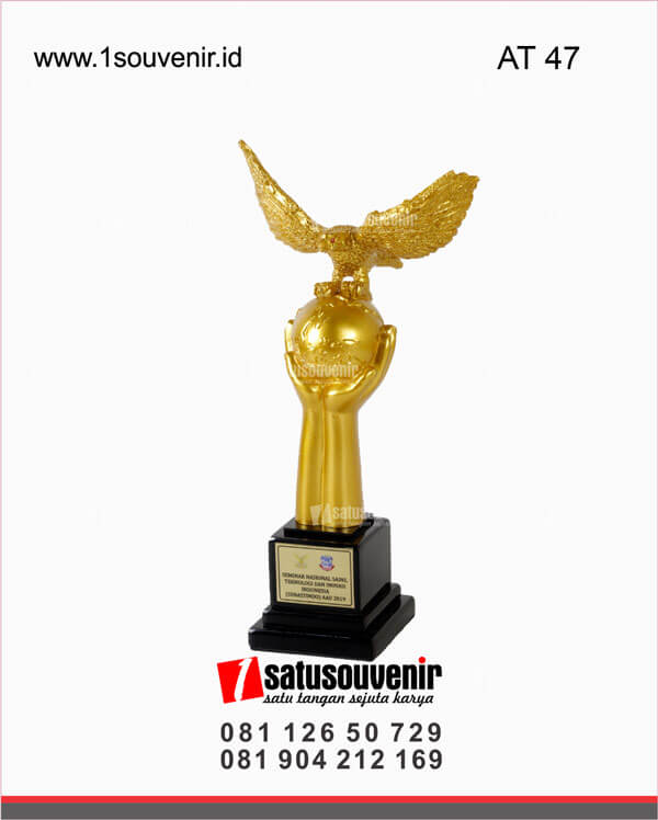 AT47 Piala Penghargaan Seminar Nasional Sains Teknologi dan Inovasi Indonesia