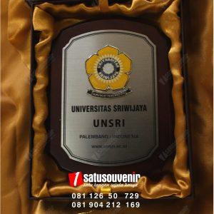 Plakat Kayu Stainless UNSRI