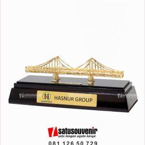 SM101 Souvenir Miniatur Jembatan Barito Hasnur Group