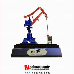 SM105 Souvenir Miniatur Crane IPC
