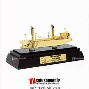 SM115 Souvenir Miniatur Kapal Laut Politeknik Pelayaran Sumatera Barat