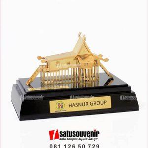 SM122 Souvenir Miniatur Rumah Bubungan Tinggi Hasnur Group
