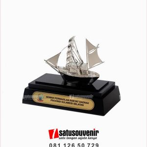 SM123 Souvenir Miniatur Kapal Layar Dewan Perwakilan Rakyat Daerah Provinsi Sulawesi Selatan