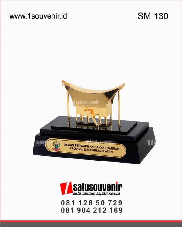SM130 Souvenir Miniatur Rumah Adat Dewan Perwakilan Rakyat Daerah Provinsi Sulawesi Selatan