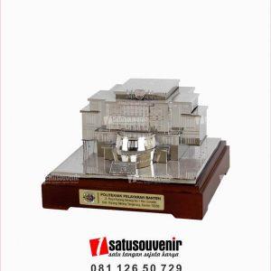 SM138 Souvenir Miniatur Gedung Politeknik Pelayaran Banten