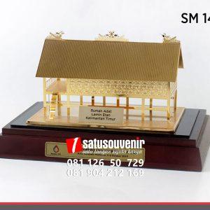 SM145 Souvenir Miniatur Rumah Adat Lamin Etan Kalimantan Timur