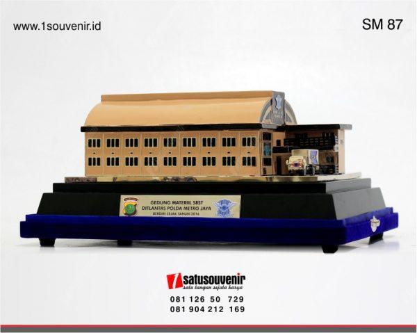 Souvenir Miniatur Gedung Materiil SBST Polda Metro Jaya
